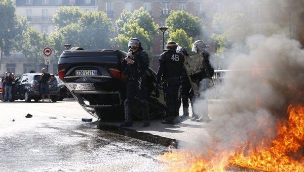 """คนขับแท็กซี่ฝรั่งเศสประท้วงเดือดทั่วประเทศ ชี้ """"อูเบอร์"""" ผิดกฎหมาย"""