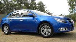 Holden Cruze สีฟ้าเข้ม Moroccan Blue แต่งสไตล์อนุรักษ์นิยมด้วยวัสดุโครเมี่ยม