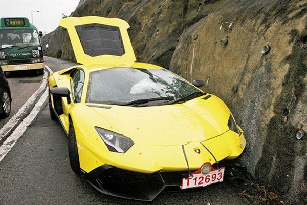 สุดแสนเสียดาย เศรษฐีฮ่องกงเอาไม่อยู่ Lamborghini Aventador เสยข้างทางพังยับ