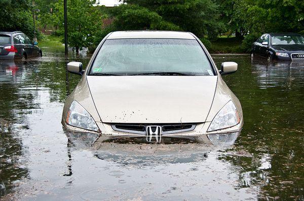 ขับรถผ่านน้ำท่วมขังอย่างไรให้ปลอดภัย