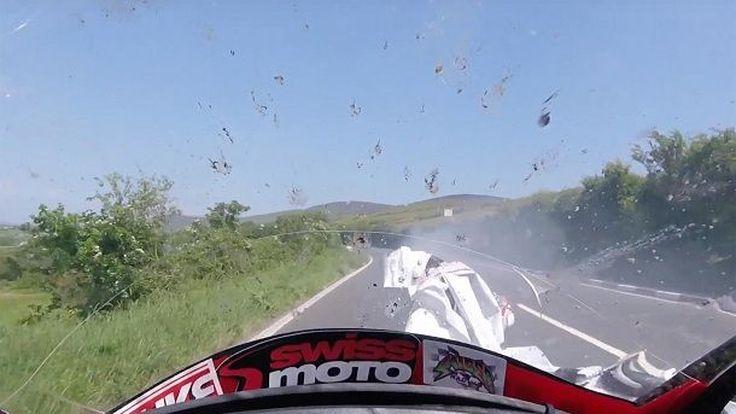 ชมนักแข่ง Isle of Man TT ล้มกลิ้งกลางถนนจนเกือบโดนคันหลังสอยจนเหลือแต่ชื่อ