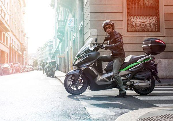 """เปิดตัวแล้ว """"J300"""" บิ๊กสกูตเตอร์ตัวสปอร์ตของ Kawasaki"""
