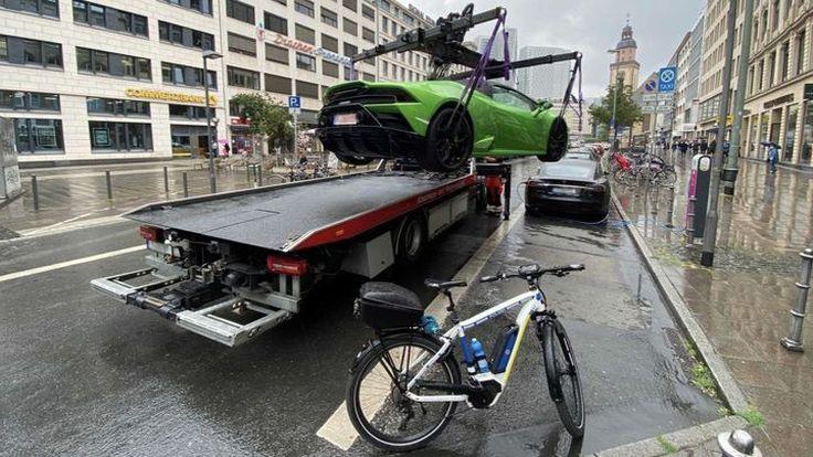 Lamborghini โดนยก เนื่องจากจอดผิดที่