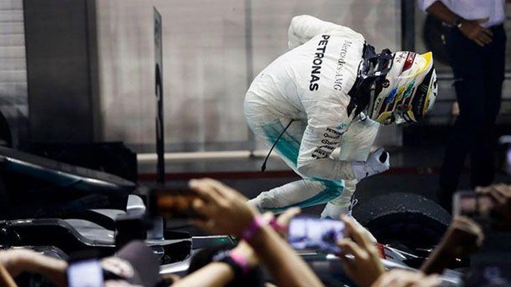 """""""แฮมิลตัน"""" เถลิงชัยชนะที่สิงคโปร์ หลัง """"เวทเทล"""" ต้องออกจากการแข่งขัน"""