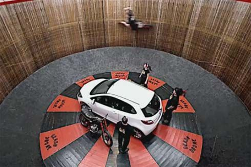 ชมคลิป Mazda2 ท้าทายแรงโน้มถ่วง ไต่ถังโชว์กันเห็นๆโดย Dave Seymour