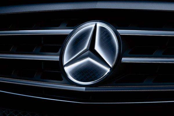 อย่างหรู Mercedes-Benz นำเสนอโลโก้ดาวสามแฉกแบบเรืองแสง