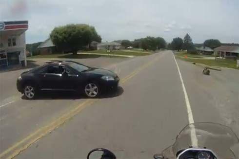 สิงห์มอเตอร์ไซค์เกือบไม่รอด หลังพุ่งชนรถที่จอดนิ่งข้างถนนอย่างจัง!