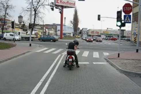 ถ้าไม่แน่จริง อย่าได้แหยมขาโจ๋มอเตอร์ไซค์ที่โปแลนด์ เพราะคุณอาจจะต้องเจอแบบนี้!