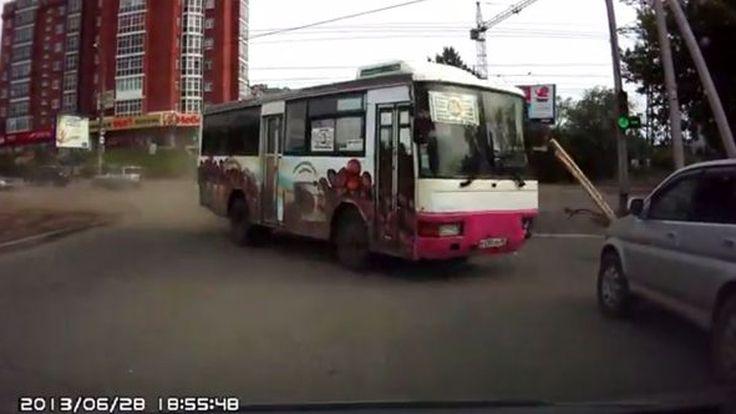 สยอง! รถบัสเบรกแตก ชนวินาศสันตะโรกลางสี่แยก (ชมคลิป)