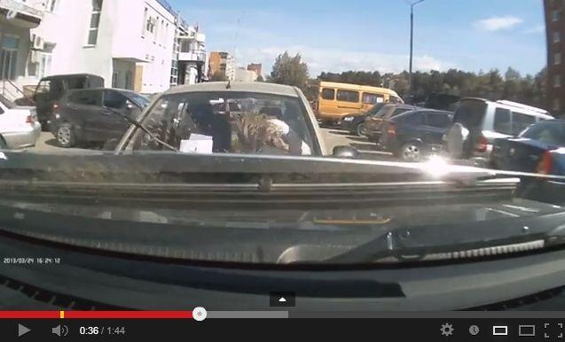 หลับใน? ชมคลิปอุบัติเหตุสุดแปลก ผู้หญิงขับรถพุ่งชนหน้าตาเฉย
