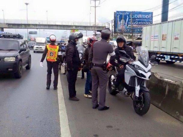 ตำรวจตั้งด่านดักมอเตอร์ไซด์ที่เข้าใช้งานถนนหลักท้องที่ สภ.คลองหลวง แต่ต้องเจอกับคนที่ไม่คาดคิด