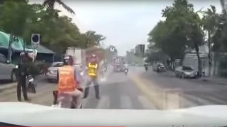เกินไปรึเปล่า ตำรวจเดินออกมาขวางรถจักรยานยนต์รับจ้างจนขับขี่เสียหลักล้มกลางถนน