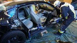 Porsche มอบรถ Panamera รุ่นใหม่ให้นักดับเพลิงใช้ผ่าครึ่งเพื่อฝึกอบรม