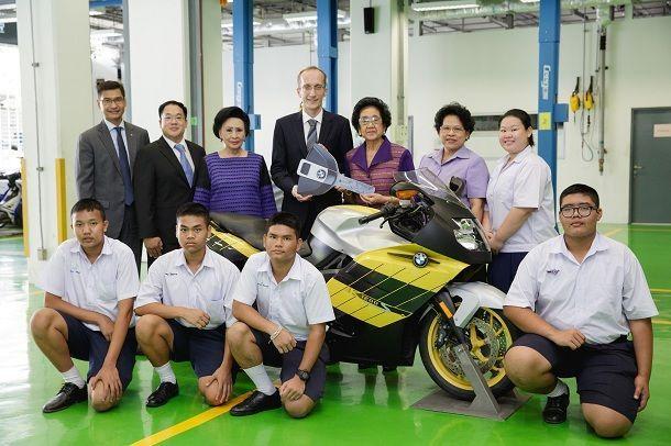 บีเอ็มดับเบิลยู กรุ๊ป ประเทศไทย ส่งมอบมอเตอร์ไซค์ บีเอ็มดับเบิลยู ให้แก่โรงเรียนจิตรลดา และวิทยาลัยเทคนิคกาญจนาภิเษก มหานคร