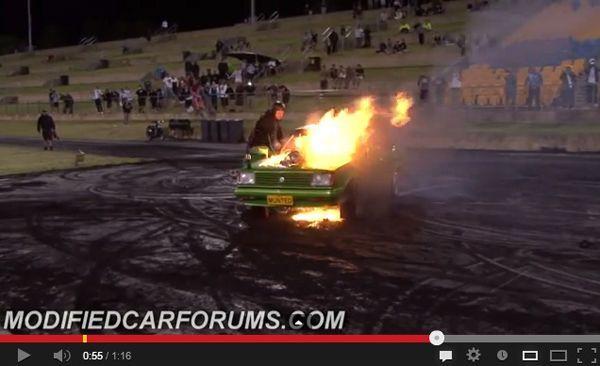หนุ่มบ้าพลังโชว์เบิร์นยางรถวางเครื่องโรตารี่จนไฟลุกท่วม