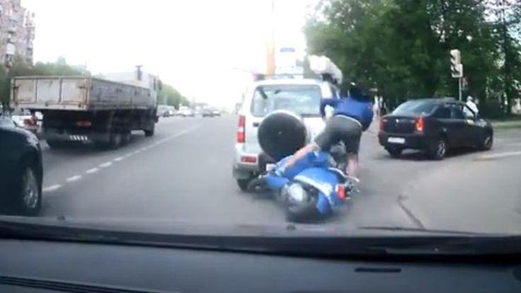 หนุ่มรัสเซียขี่สกูตเตอร์ชนรถสองคันซ้อน ก่อนขับหนีหน้าตาเฉย (ชมคลิป)