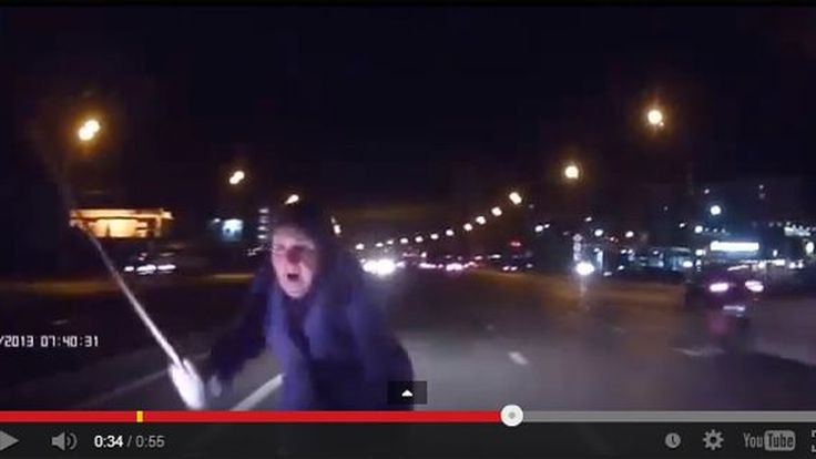 เกือบไปแล้ว! คุณยายข้ามถนนกลางทางด่วน หวิดเกิดโศกนาฏกรรม