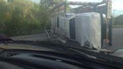 ยังไม่ทันเปิดตัว!!! รถเทรลเลอร์บรรทุกโตโยต้า ไฮลักซ์ รีโว พลิกคว่ำตกถนน ส่งผลรถใหม่เสียหาย 6 คัน