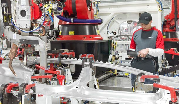 """ซีอีโอ Tesla ยอมรับการพึ่งพาหุ่นยนต์ในสายการผลิตมากเกินไปคือ """"ความผิดพลาด"""""""