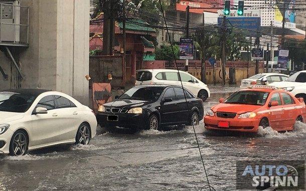 รวมเทคนิคเมื่อต้องขับรถลุยน้ำท่วมอย่างปลอดภัย เมื่อเราหลีกเลี่ยงไม่ได้ !!