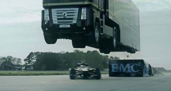 เสียวไส้! รถบรรทุกโชว์สร้างสถิติโลกกระโดดข้ามรถเอฟวัน