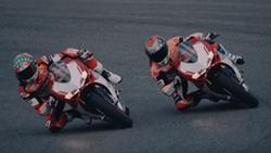ชม Ducati 1299Pangale R Final Edition ในสนามแข่งโดย 2 นักแข่ง WorldSBK