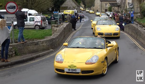 เจ้าของรถสีเหลืองนับร้อยคัน รวมตัวให้กำลังใจลุงชาวอังกฤษที่ถูกต่อต้านเพราะใช้รถสีเหลือง