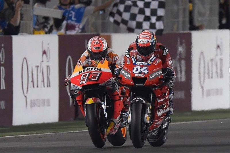 Duel antara Dovizioso (kanan) dengan Marquez (kiri)