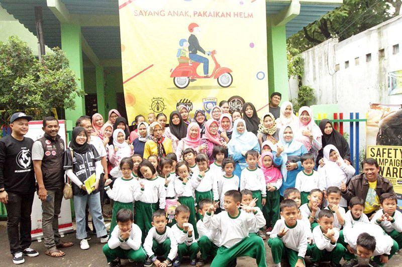 Kutu Community Lomba Mewarnai Helm Anak TK