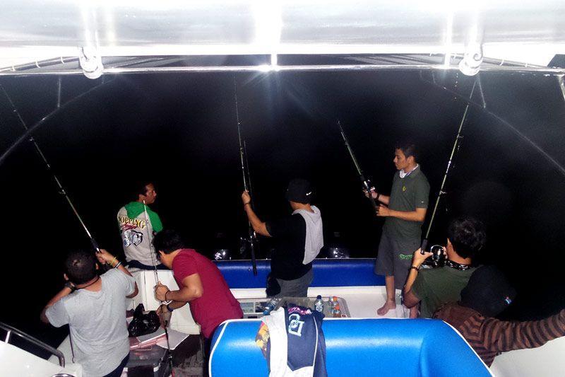 Mancing di Laut Malam Hari