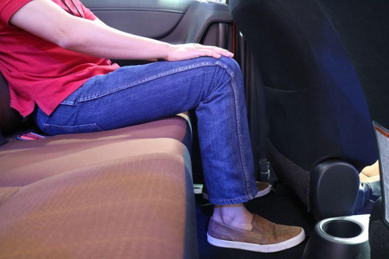 Posisi kaki dan lutut duduk di kuris baris ketiga