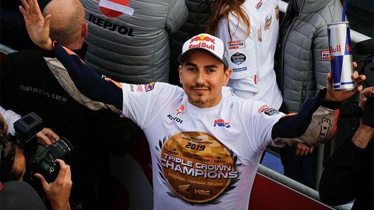 Lorenzo Tersenyum Bahagia Usai Jalani Balap Terakhir